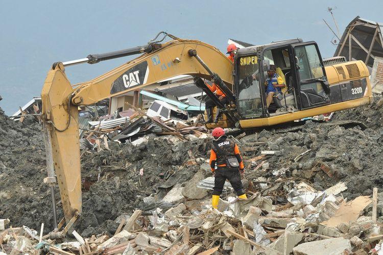 Anggota Tim SAR melakukan pencarian korban di lokasi terdampak gempa dan pencairan tanah (likuifaksi) di Kelurahan Petobo di Palu, Sulawesi Tengah, Kamis (11/10). Operasi pencarian dan evakuasi jenazah korban gempa dan tsunami Palu yang terjadi pada 28 September 2018 terhitung Kamis (11/10) dihentikan. ANTARA FOTO/Mohamad Hamzah/ama/18.
