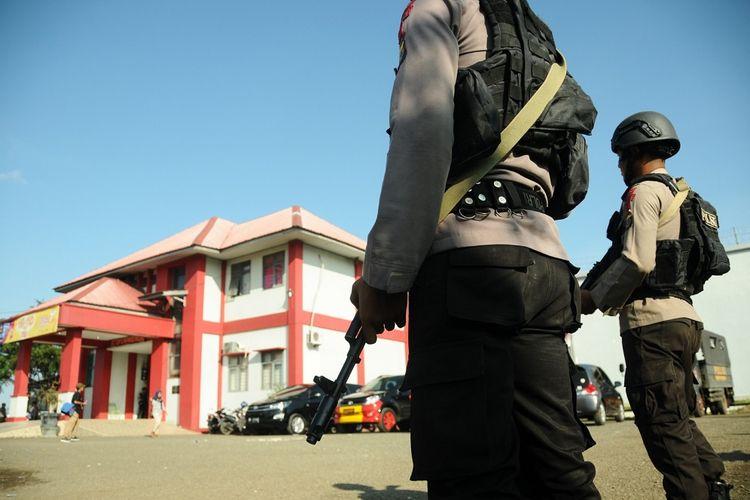 Anggota Brimob Polda Aceh berjaga di Lembaga Permasyarakatan kelas II A Lambaro pascakerusuhan di Banda Aceh, Aceh, Jumat (30/11/2018). Polda Aceh memperketat pengamanan Lembaga Permasyarakat Kelas II A Lambaro tersebut dan dari 113 napi yang kabur, sebanyak 26 napi diantaranya berhasil ditangkap kembali dan sisanya sebanyak 87 napi lainnya masih dalam pengejaran aparat keamanan. ANTARA FOTO/Ampelsa/wsj.