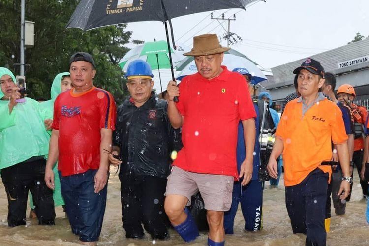 Bercelana Pendek, Olly Temui Korban Banjir Manado