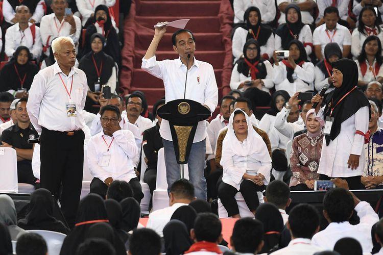 Presiden Joko Widodo (tengah) berdialog dengan Tenaga Harian Lepas (THL) Tenaga Bantuan Penyuluh Pertanian (TBPP) di GOR Jatidiri, Semarang, Jawa Tengah, Minggu (3/2/2019). Presiden dalam kesempatan tersebut menyampaikan tentang adanya peluang sebanyak 17 ribu THL TBPP diangkat menjadi Aparatur Sipil Negara (ASN).