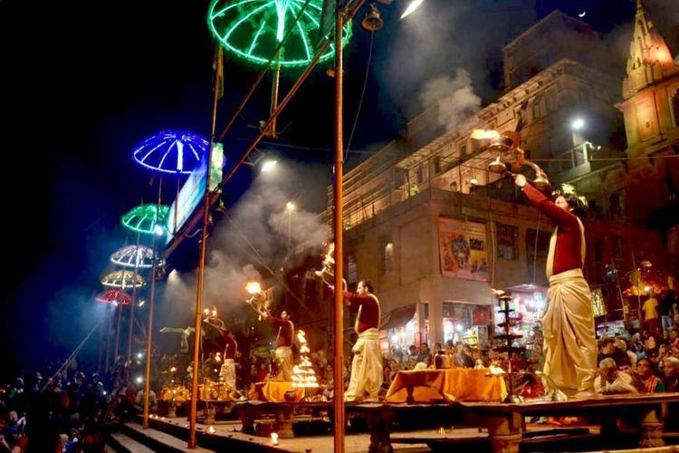Festival Ganga Puja di Varanasi, daerah pemilihan Narendara Modi, hanya tiga jam perjalanan ke timur Allahabad.