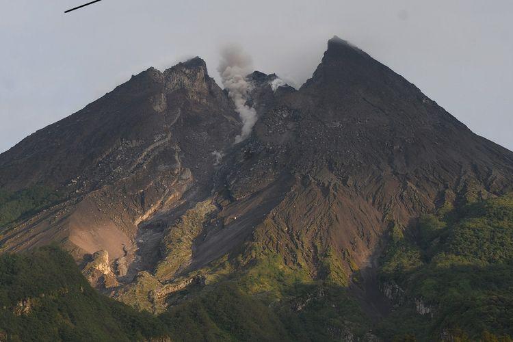 Aktivitas Gunung Merapi terlihat dari kawasan Deles Indah, Sidorejo, Kemalang, Klaten, Jawa Tengah, Senin (11/3/2019). Berdasarkan data pengamatan Balai Penyelidikan dan Pengembangan Teknologi Kebencanaan Geologi (BPPTKG) pada (11/3/2019) pukul 06.00 - 18.00 WIB terjadi guguran lava ke arah Kali Gendol sebanyak dua kali dengan jarak luncur 500 meter. ANTARA FOTO/Aloysius Jarot Nugroho/wsj.