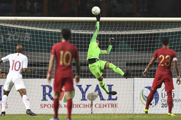 Kiper Timnas Indonesia Muhammad Ridho menepis bola yang ditendang oleh pesepak bola Timnas Hong Kong dalam laga International Friendly Match di Stadion Wibawa Mukti, Cikarang, Bekasi, Jawa Barat, Selasa (16/10/2018).  Pertandingan tersebut berakhir imbang dengan skor 1 - 1. ANTARA FOTO/Hafidz Mubarak A/wsj.