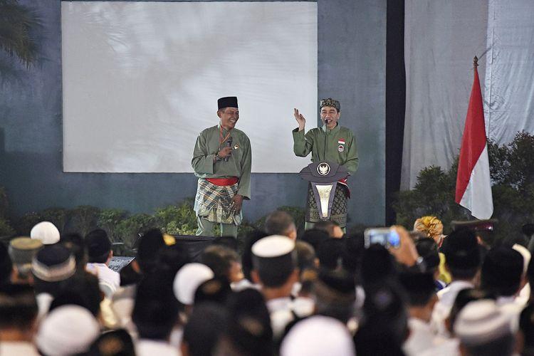 Presiden Joko Widodo (kanan) memberikan pertanyaan kepada peserta Silaturahmi Ulama Pondok Pesantren di Pondok Pesantren Minhajurrosyidiin, Lubang Buaya, Jakarta, Selasa (8/8). Dalam kesempatan tersebut Presiden juga meresmikan Pasanggiri Nasional serta Kejurnas Tingkat Remaja Perguruan Pencak Silat Nasional ASAD 2017.