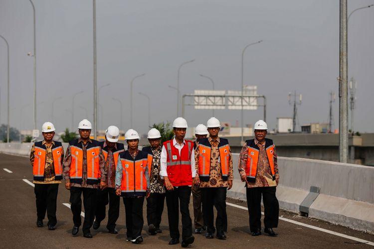 Presiden Joko Widodo (rompi merah) didampingi sejumlah pejabat lain saat meninjau ruas jalan Tol Bekasi-Cawang-Kampung Melayu (Becakayu) di kawasan Jakasampurna, Bekasi, Jawa Barat, Jumat (3/11/2017). Presiden Joko Widodo meresmikan ruas jalan tol yakni Seksi 1B dan 1C sepanjang 8,26 kilometer yang terbentang dari Cipinang Melayu-Pangkalan Jati-Jakasampurna.