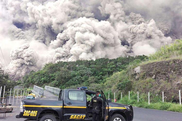 Pemandangan Gunung Fuego yang tengah meletus di Guatemala, Minggu (3/6/2018) waktu setempat. Dilaporkan sedikitnya 62 orang tewas dan ratusan lainnya mengalami luka-luka akibat letusan Gunung Fuego di Guatemala.