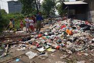 Kesal Sampah Tak Kunjung Diangkut, Warga Karawang Blokade Jalan