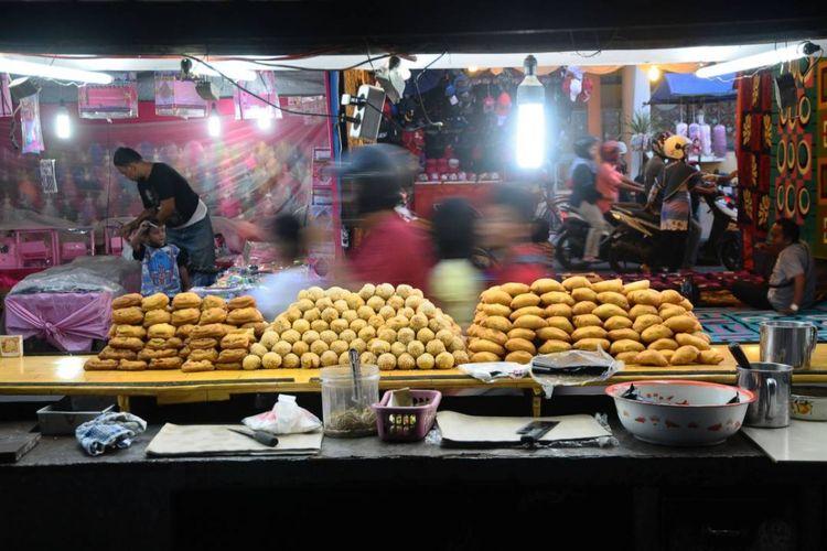 Pedagang menggelar dagangan saat tradisi dandangan di ruas Jalan Sunan Kudus, Kudus, Jawa Tengah.