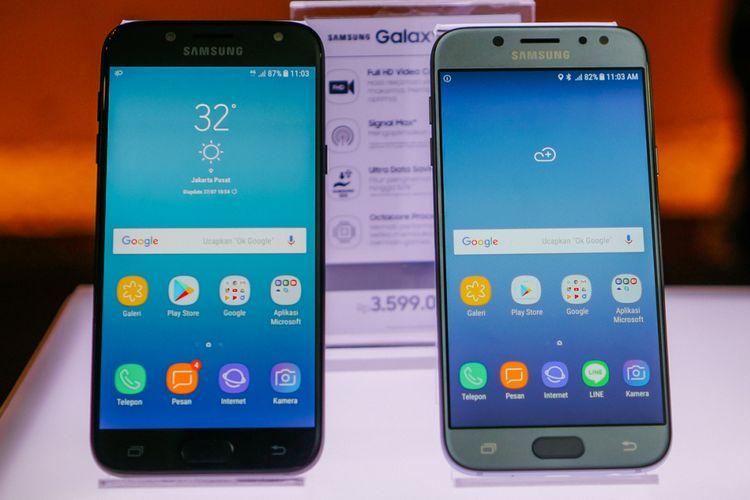 Tampak depan Galaxy J5 Pro. Ponsel ini tersedia dalam empat pilihan warna, yakni Blue Silver, Black, Gold, dan Pink. Foto ini memperllihatkan warna Black (kiri) dan Blue Silver.