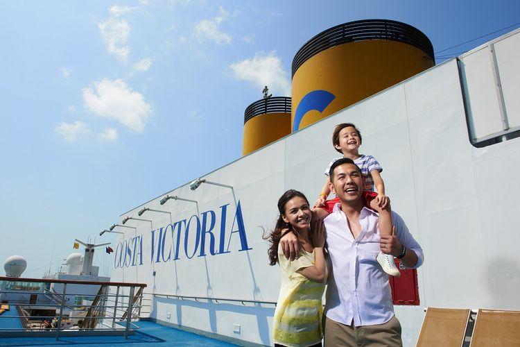 Ilustrasi keluarga berpelesir dengan kapal pesiar.