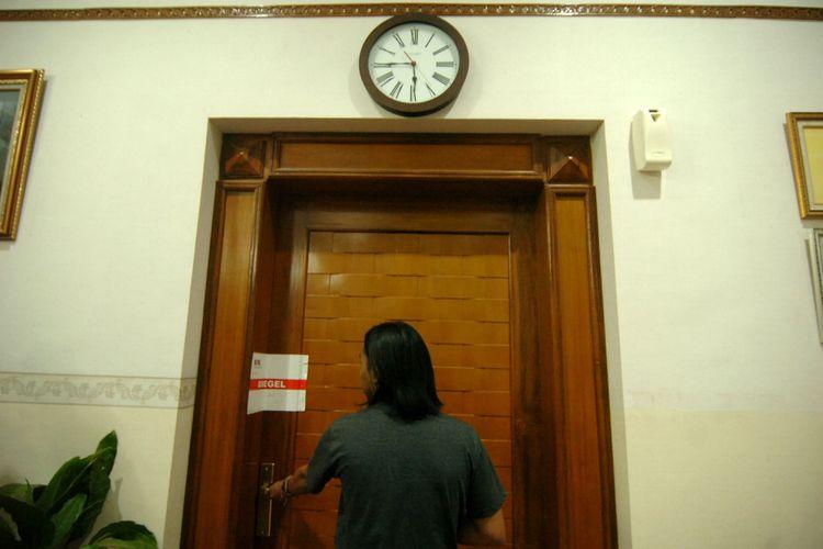 Seorang wartawan mengambil gambar pintu ruangan Wali Kota Tegal Siti Masitha yang disegel KPK di kantor Wali Kota Tegal, Jawa Tengah, Selasa (29/8/2017).