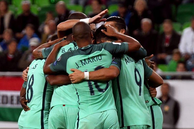 Para pemain timnas Portugal merayakan gol Andre Silva ke gawang Hungaria pada partai Grup B Kualifikasi Piala Dunia 2018 zona Eropa di Groupama Arena, Minggu (3/9/2017).