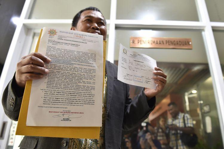 Koordinator Perkumpulan Masyarakat Anti Korupsi Indonesia Boyamin menunjukan laporan dugaan pelanggaran etik oleh Wakil Ketua DPR Fadli Zon terkait penundaan pemeriksaan Setya Novanto ke Mahkamah Kehormatan Dewan (MKD), Kompleks Parlemen Senayan, Jakarta, Rabu (13/9/2017). Laporan dugaan pelanggaran kode etik yang dilakukan Fadli Zon yaitu dengan menyalahgunakan wewenang mengintervensi proses penegakan hukum yang dilakukan oleh KPK atas Setya Novanto. ANTARA FOTO/Puspa Perwitasari/nz/17