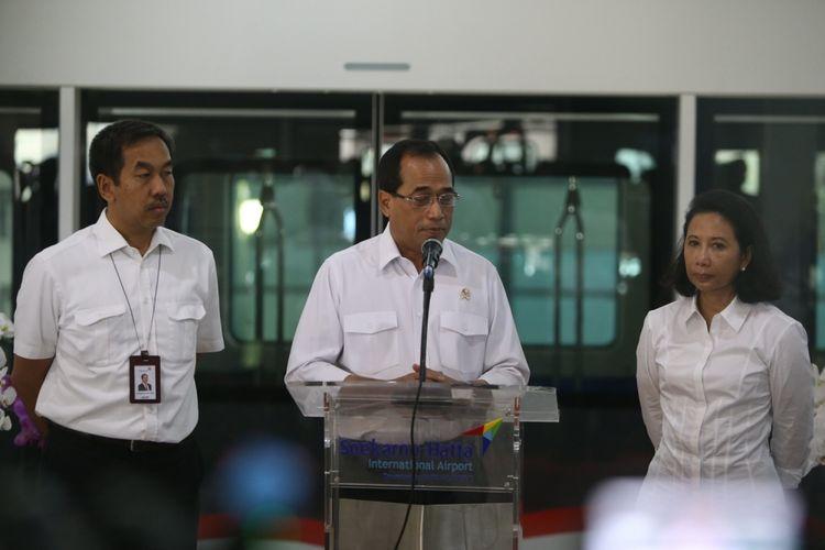 Menteri Badan Usaha Milik Negara (BUMN) Rini Soemarno (kanan) dan Menteri Perhubungan Budi Karya Sumadi (tengah) memberikan sambutan serta meninjau skytrain saat beroperasi secara resmi pada hari ini di Terminal 3 Bandara Soekarno-Hatta, Tangerang, Minggu (17/9/2017). Kereta layang tanpa awak ini sementara akan melayani penumpang dari Terminal 2 menuju Terminal 3 dan sebaliknya.