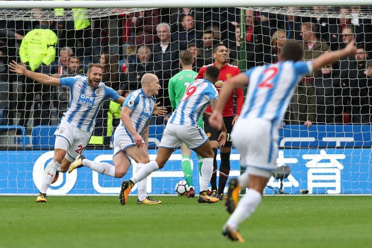 Para pemain Huddersfield Town merayakan gol Aaron Moy ke gawang Manchester United pada partai lanjutan Liga Inggris di Stadion John Smith, Sabtu (21/10/2017).