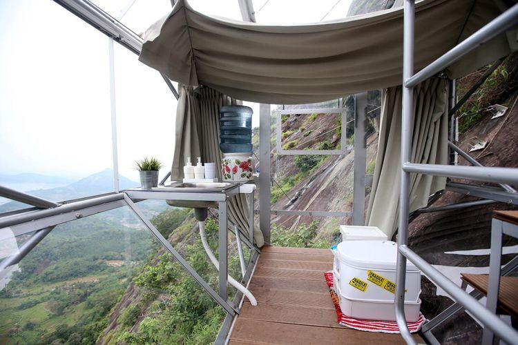 Fasilitas dapur dan toilet hotel gantung Padjajaran Anyar yang terletak di tebing Gunung Parang, Purwakarta, Jawa Barat setinggi 500 meter, Minggu (19/11/2017). Hotel gantung ini diklaim sebagai hotel gantung tertinggi di dunia mengalahkan ketinggian hotel gantung di Peru.