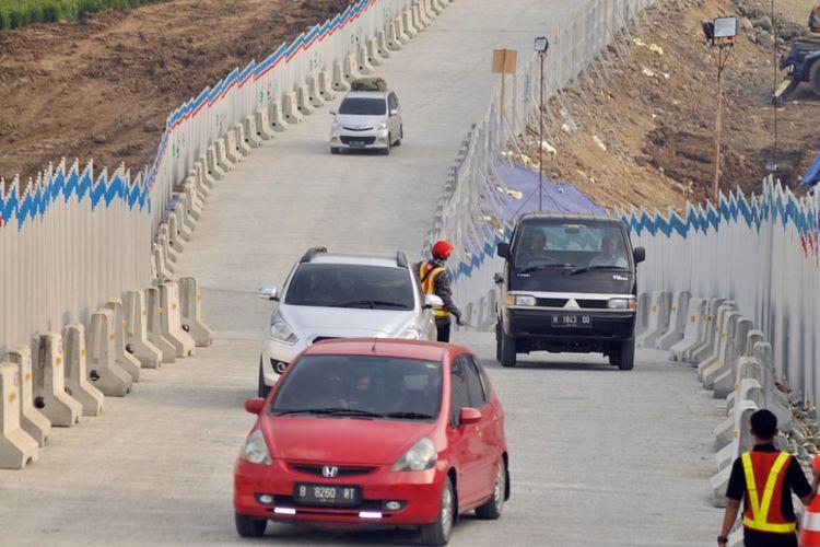 Kondisi tanjakan dan turunan jalur darurat jembatan Kali Kenteng, di Susukan, Kabupaten Semarang, pada hari pertama fungsionaliasi ruas tol Salatiga-Kartasura, Jumat (8/6/2018) siang.