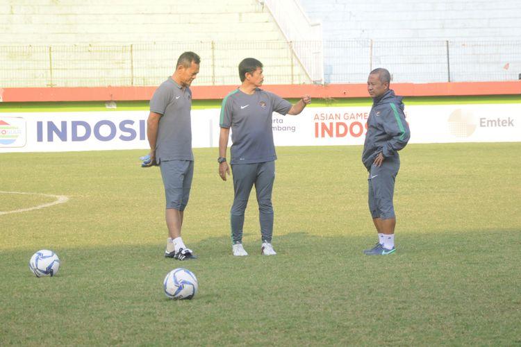 Pelatih Timnas Indonesia U-19 Indra Sjafri memimpin latihan Garuda Muda di Stadion Gelora Delta Sidoarjo, Rabu (11/7/2018)