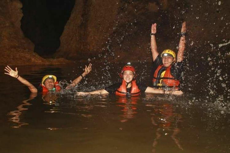 Pengunjung menikmati mandi di telaga dalam Gua yang ada di lembah Ngingrong, Mulo, Wonosari, Gunungkidul, (dokumentasi Pokdarwis)
