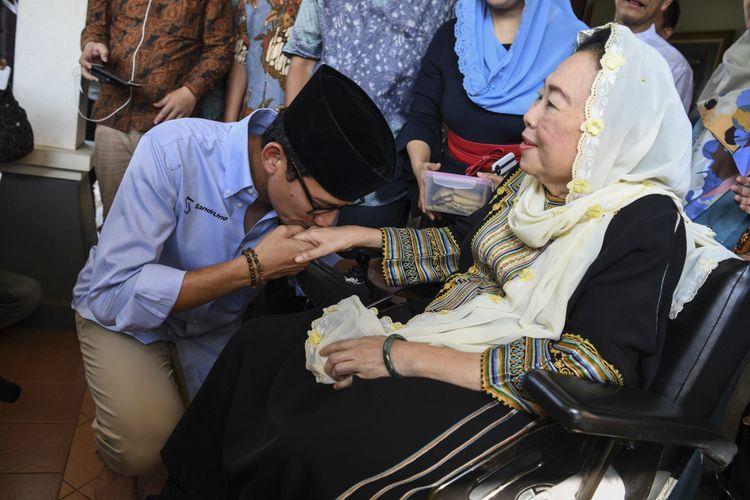 Bakal calon Wakil Presiden Sandiaga Uno (kiri) mencium tangan Ibu Sinta Nuriyah Wahid (kanan) saat berkunjung ke Ciganjur, Jakarta, Senin (10/9). Kedatangan Sandiaga Uno ke kediaman keluarga Gus Dur itu untuk bersilaturahmi. ANTARA FOTO/Hafidz Mubarak A/foc/18.