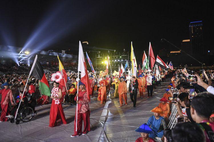 Parade bendera negara peserta pada upacara Penutupan Asian Para Games 2018 di Stadion Madya GBK, Jakarta, Sabtu (13/10/2018).