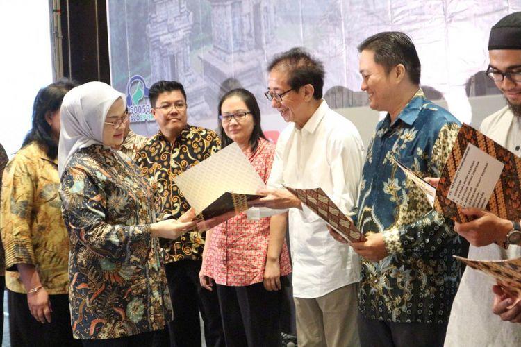 Kepala BPOM Penny K. Lukito menyerahkan sertifikat Cara Pembuatan Obat Tradisional yang Baik (CPOTB) kepada Direktur PT Industri Jamu dan Farmasi Sido Muncul, Tbk Irwan Hidayat di Semarang, Selasa (6//11/2018).