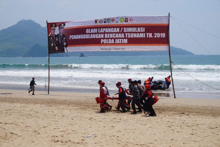 Simulasi bencana tsunami di Pantai Mustika Dusun Pancer Kecamatan Pesanggaran Sabtu (5/1/2019)
