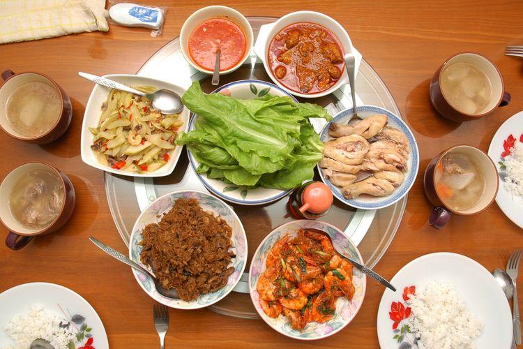 Ilustrasi lazy susan di tengah meja makan orang Tionghoa.