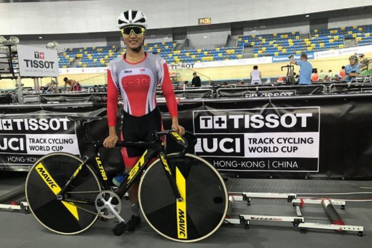 Pebalap trek putri Indonesia Crismonita Dwi Putri berpose sebelum turun di nomor sprint 200 meter pada kejuaraan dunia di Hongkong.