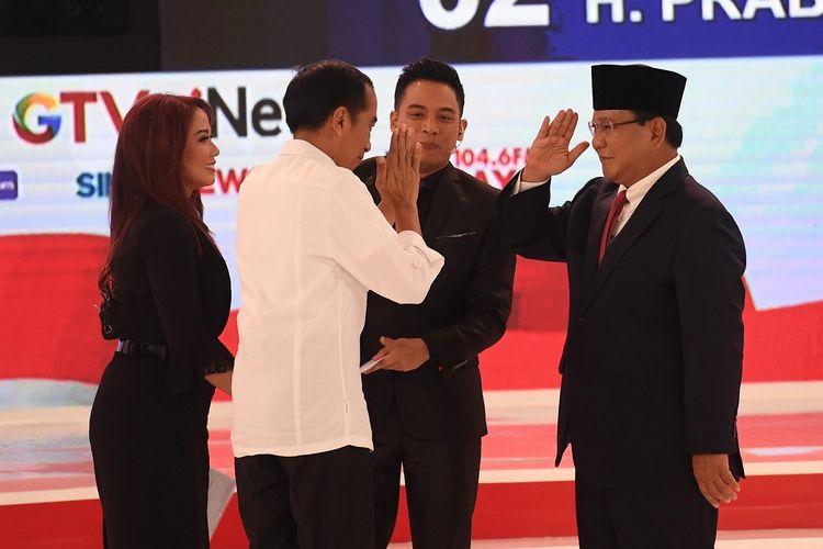 https://asset.kompas.com/crop/0x0:998x665/750x500/data/photo/2019/02Capres nomor urut 01 Joko Widodo (kedua kiri) dan Capres nomor urut 02 Prabowo Subianto (kanan) saling memberi salam seusai debat capres 2019 disaksikan moderator di Hotel Sultan, Jakarta, Minggu (17/2/2019). Debat itu mengangkat tema energi dan pangan, sumber daya alam dan lingkungan hidup, serta infrastruktur. ANTARA FOTO/Akbar Nugroho Gumay/aww.