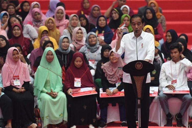 Presiden Joko Widodo berpidato dalam acara penyaluran bantuan sosial Program Keluarga Harapan (PKH) dan Bantuan Pangan Non Tunai (BPNT) tahun 2019 di Cibinong, Bogor, Jumat (22/2/2019). Pemerintah memberikan bantuan sosial PKH kepada 133.312 keluarga dan BPNT kepada 189.990 keluarga senilai Rp185,5 miliar untuk penerima di wilayah Bogor. ANTARA FOTO/Akbar Nugroho Gumay/aww.