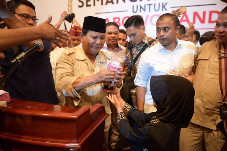 Calon presiden nomor urut 02 Prabowo Subianto sempat dibuat terharu oleh siswi kelas 3 Sekolah Dasar saat menghadiri sebuah acara di Regale Covention Center, Medan, Sumatera Utara, Sabtu (23/2/2019).  Gadis kecil bernama Jawa Gendis Queen itu memberikan celengan yang berisi uang tabungannya ke Prabowo.