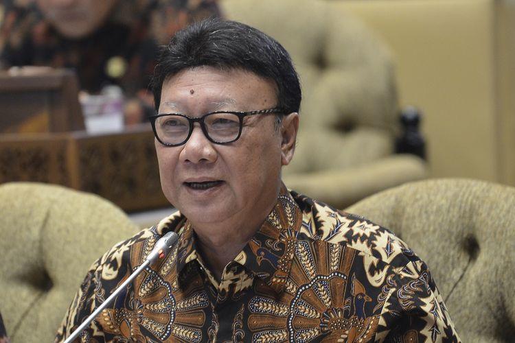 Menteri Dalam Negeri Tjahjo Kumolo menyampaikan pendapat saat rapat kerja dengan  Komisi II DPR di gedung parlemen, Senayan Jakarta, Kamis (20/6/2019). Raker tersebut membahas RAPBN 2020 dan Rencana Kerja Anggaran Kementerian/Lembaga (RKA K/L) dan Rencana Kerja Pemerintah (RKP) Tahun Anggaran 2020. ANTARA FOTO/Nova Wahyudi/aww.