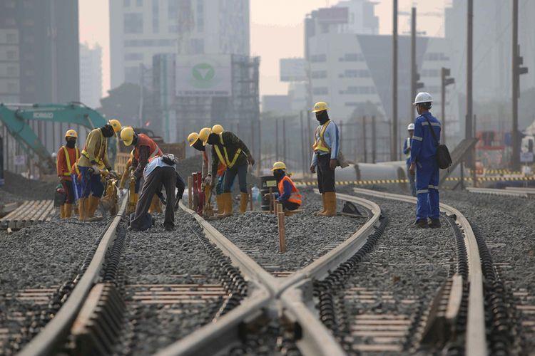 Aktivitas pekerjai menyelesaikan pembangunan Stasiun Depo angkutan massal cepat (Mass Rapid Transit/MRT)  Lebak Bulus, Jakarta, Senin (14/8/2017).Pengerjaan proyek MRT fase pertama ini diperkirakan rampung pada tahun 2019.