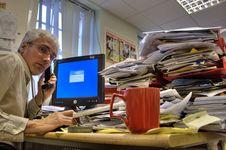 Barang di Meja Kerja yang Bikin KamuTampak Kurang Profesional