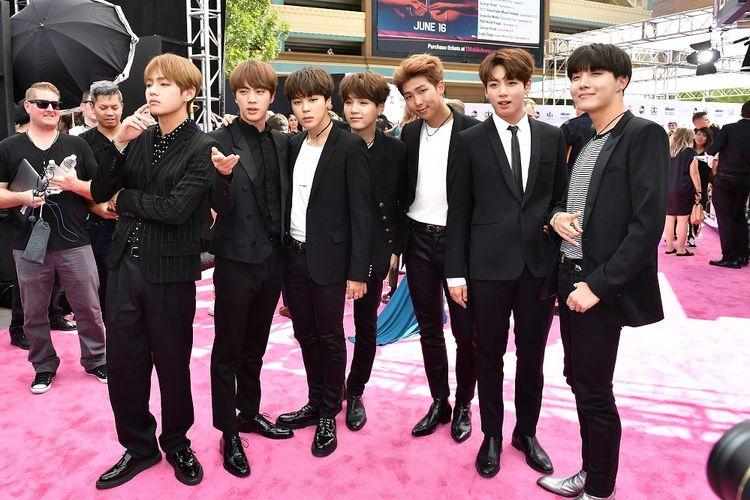 Boyband asal Korea, BTS atau Bangtan Boys, menghadiri 2017 Billboard Music Awards di T-Mobile Arena di Las Vegas, Minggu (21/5/2017).
