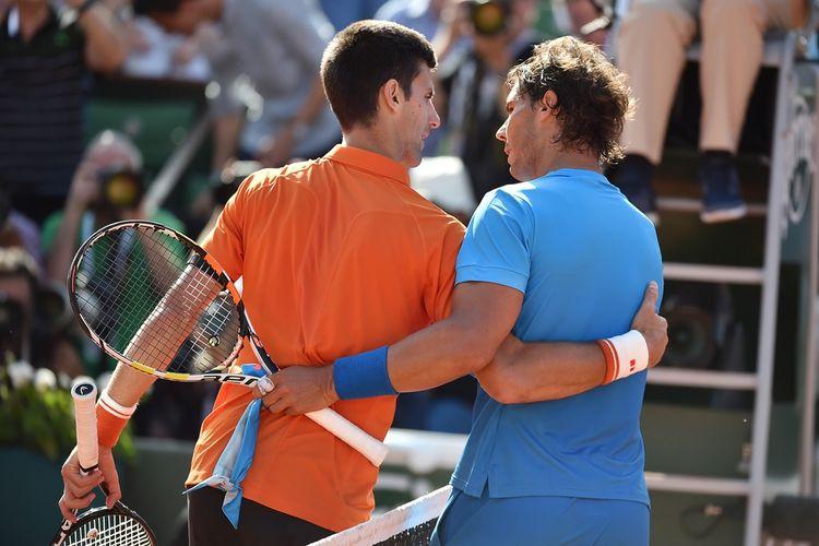 Petenis Serbia, Novak Djokovic (kiri), berangkulan dengan Rafael Nadal, setelah laga babak peremat final Perancis Terbuka (Roland Garros) 2015 di Paris, 3 Juni 2015. Djokovic menang 7-5, 6-3, 6-1.