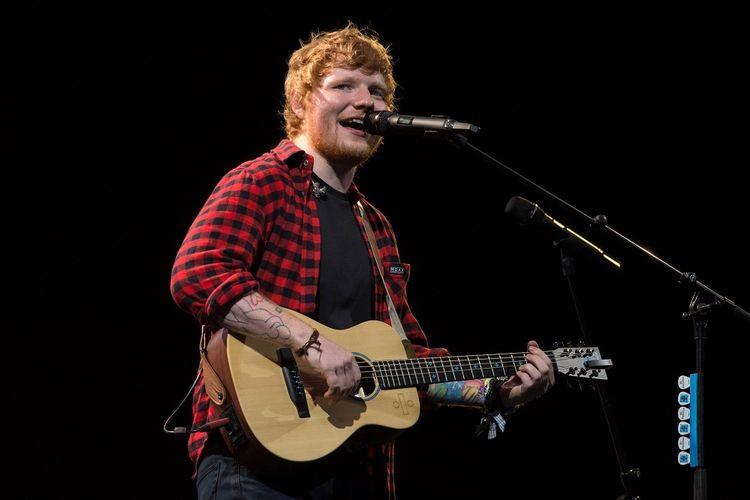 Ed Sheeran tampil di Pyramid Stage di Glastonbury Festival of Music and Performing Arts di Worthy Farm di Somerset, England, pada 25 Juni 2017.