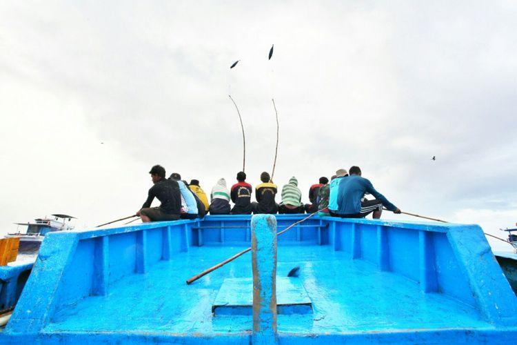 Hujan ikan cakalang jadi salah satu momen yang diperoleh dalam memancing ikan secara tradisional oleh nelayan di Ternate, Maluku. Ikan dipancing hanya dengan bilah bambu.