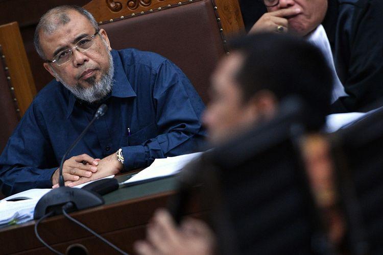 Terdakwa kasus dugaan suap judicial review di Mahkamah Konstitutsi (MK) Patrialis Akbar (kiri) mendengarkan keterangan saksi Kamaludin (kiri) di Pengadilan Tipikor, Jakarta Pusat, Senin (31/7/2017). Sidang tersebut beragendakan mendengarkan keterangan saksi yaitu Kamaludin yang juga merupakan terdakwa dalam kasus yang sama.