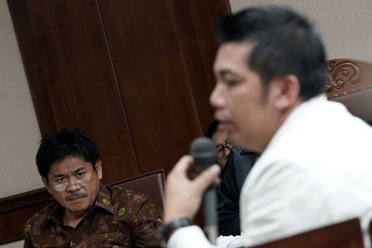 Terdakwa anggota Komisi V DPR Musa Zainuddin (kiri) mendengarkan keterangan saksi terpidana Abdul Khoir (kanan) saat sidang kasus suap proyek pembangunan jalan di Maluku dan Maluku Utara, di Pengadilan Tipikor, Jakarta, Rabu (9/8). Sidang tersebut beragendakan pemeriksaan saksi yang dihadirkan Jaksa Penuntut Umum KPK, di antaranya yaitu Abdul Khoir yang merupakan terpidana dalam kasus yang sama. ANTARA FOTO/Sigid Kurniawan/kye/17.
