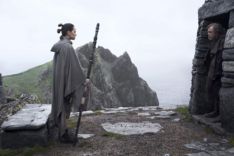 Rey (Daisy Ridley) dan Luke Skywalker (Mark Hamill) dalam film Star Wars: The Last Jedi.
