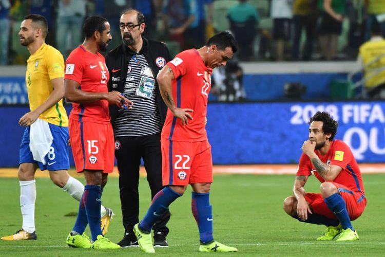 Pemain Cile terlihat lesu saat kalah dari Brasil pada Kualifikasi Piala Dunia 2018 pada Rabu (11/10/2017). Kekalahan itu sekaligus mengubur impian Cile untuk lolos ke Rusia 2018.