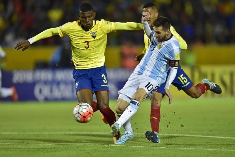 Penyerang Argentina, Lionel Messi, melepaskan tendangan di tengah penjagaan para pemain Ekuador pada laga Kualifikasi Piala Dunia 2018, Rabu (11/10/2017).