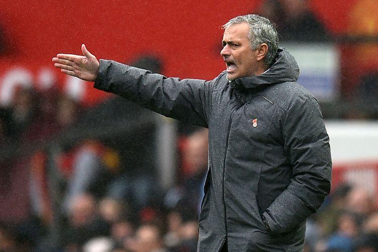 Manajer Manchester United, Jose Mourinho, ketika memimpin pasukannya melawan Tottenham Hotspur dalam pertandingan Premier League di Old Trafford, Manchester, Sabtu (28/10/2017).
