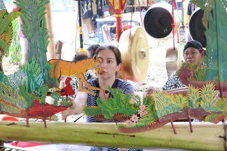 Dalang asal Australia Sarah Bilby membawakan lakon wayang kancil di Kulon Progo Festival 2017 yang digelar di Bendung Khayangan, Kulon Progo, Sabtu (25/11/2017).