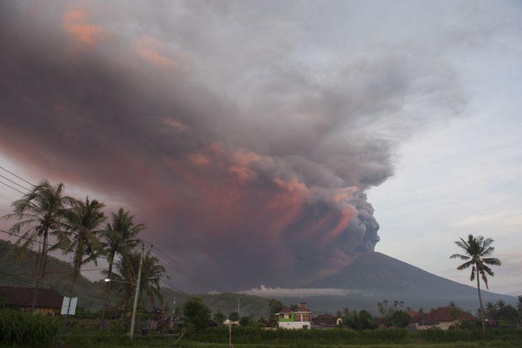 Asap dan abu vulkanis menyembur dari kawah Gunung Agung pascaletusan freatik kedua, terpantau dari Desa Culik, Karangasem, Bali, Minggu (26/11/2017). Pusat Vulkanologi dan Mitigasi Bencana Geologi menyatakan telah terjadi letusan freatik kedua pada pukul 17.20 Wita yang disusul dengan semburan asap dan abu vulkanis hingga ketinggian 3.000 meter.