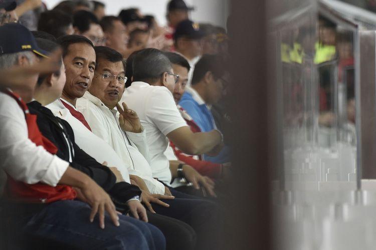 Presiden Joko Widodo (ketiga kiri) didampingi Wakil Presiden Jusuf Kalla (keempat kiri) menyaksikan laga persahabatan antara Timnas Indonesia melawan Islandia di Stadion Utama Gelora Bung Karno, Jakarta, Minggu (14/1). Pertandingan tersebut menandai peresmian renovasi SUGBK yang dipersiapkan untuk menyambut Asian Games XVIII Agustus mendatang. ANTARA FOTO/Puspa Perwitasari/foc/18.