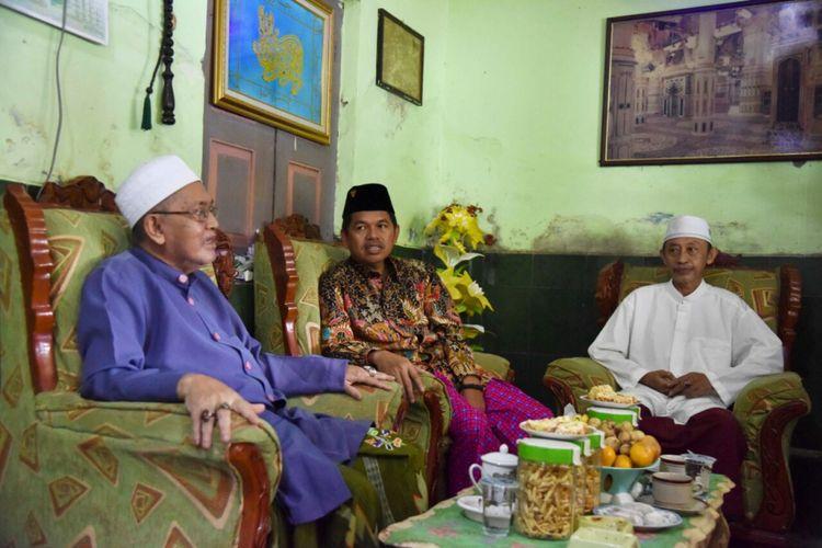 Salah seorang sesepuh Ponpes Benda Kerep, Kota Cirebon, saat bercengkrama dengan Bupati Purwakarta Dedi Mulyadi di rumahnya, Jumat (2/2/2018).