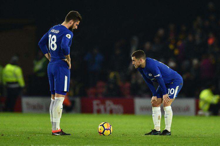 Reaksi striker Chelsea, Olivier Giroud (kiri) dan gelandang Eden Hazard setelah Watford mencetak gol ketiga dalam pertandingan Premier League di Vicarage Road Stadium, Watford, Senin (5/2/2018).